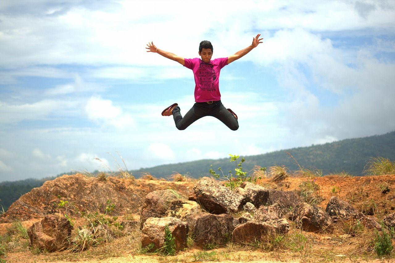 Прыгает человек фото
